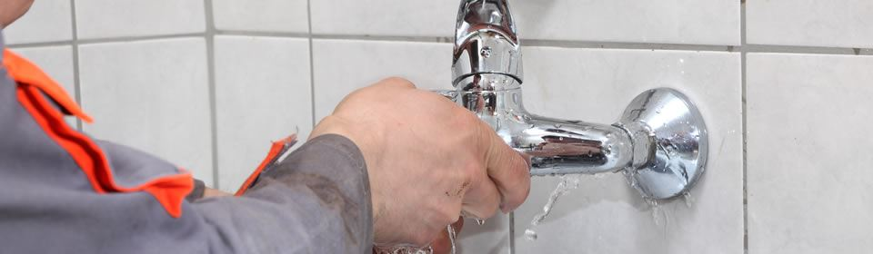 loodgieter bezig met kraan